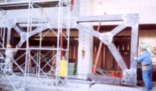 鉄骨ブレースの吊り込み作業